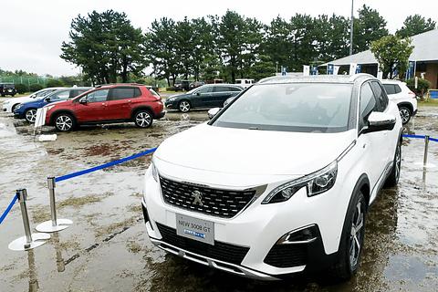 会場で日本初披露した新型「3008 GT BlueHDi」(右)。後方にはプジョーのラインアップ車の展示