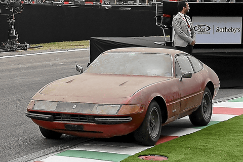 日本の納屋で発見されたフェラーリ 365 gtb 4 オークションで180万
