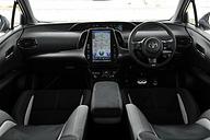 プリウス PHV GR SPORTのインテリア。インテリアではGRシリーズ各モデル共通で専用のスポーティシート(GRロゴ入り)、スタートスイッチ(ハイブリッド車はパワー
