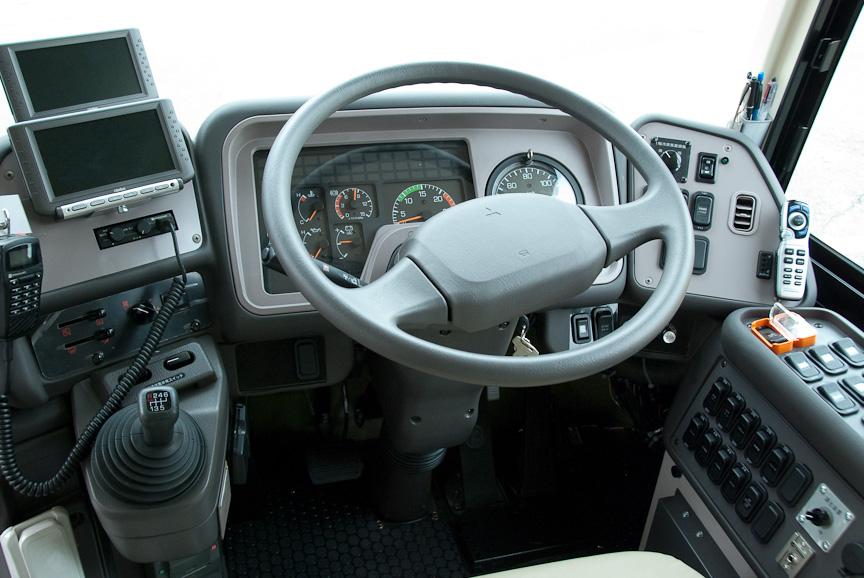 エアロキングの運転席。所狭しとスイッチが並ぶ、プロの仕事場 エアロキングの運転席。所狭しとスイッ