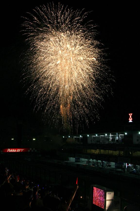 最後は盛大な花火でフィナーレを迎えた