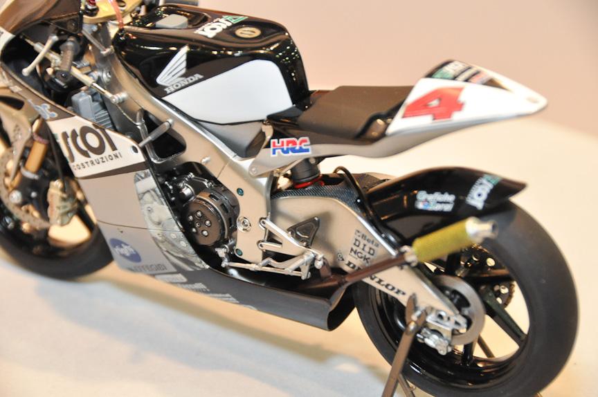 """ハセガワのサプライズ製品は1/12「HONDA RS250RW """"2009 WGP250 CHAMPION""""」。12月発売予定、3990円。徹底的な実車取材を行い、細部まで完全再現したと言う製品。同社の技術力の高さがうかがえるものとなっている"""