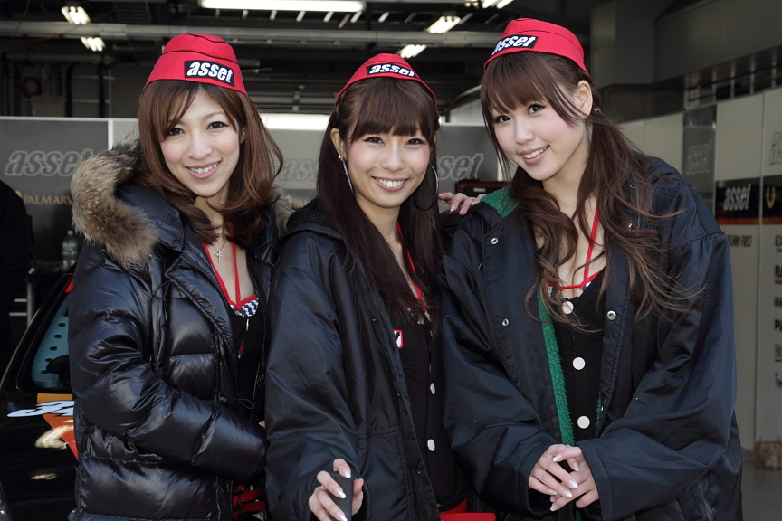 今年も各チームのレースクイーンがサーキットに華を添えます。