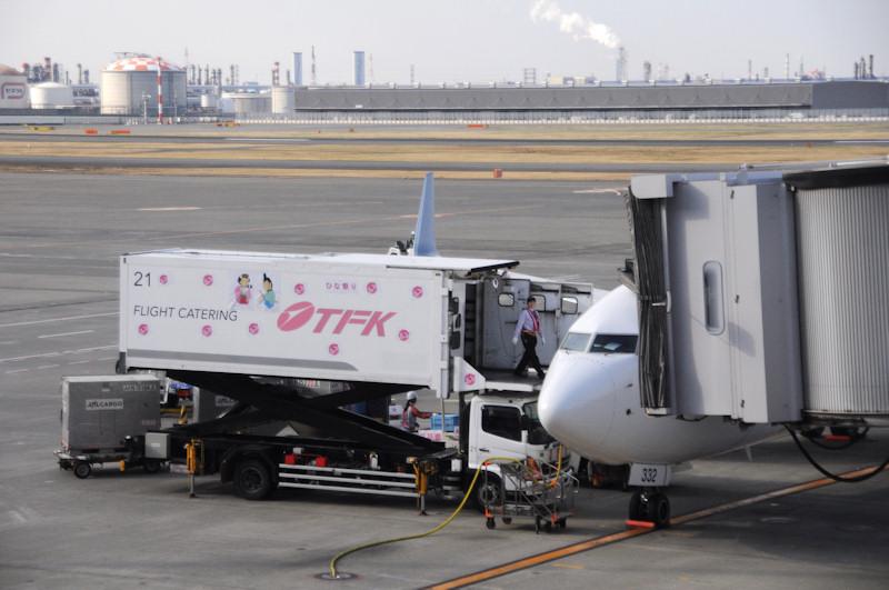 [画像]JAL、女性スタッフだけで空を飛ぶ「ひなまつりフライト」を運航 / 機内食を運び入れるフードローダーもひな人形のイラスト入りに(8/13) - Car Watch