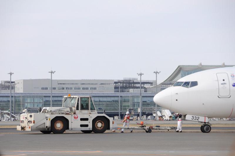 [画像]JAL、女性スタッフだけで空を飛ぶ「ひなまつりフライト」を運航 / 機内食を運び入れるフードローダーもひな人形のイラスト入りに(13/13) - Car Watch