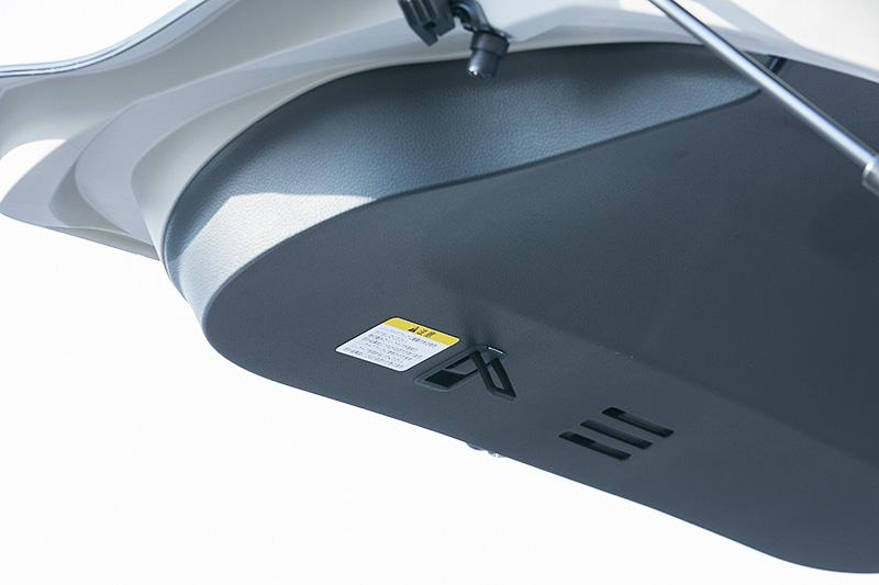 バックドアオープン時にハンガーなどを引っかけられる「バックドアインナーフック」も「エクストリーマーX」シリーズならではの標準装備となるが、リモコンオートバックドアを装着した場合は非装着になる