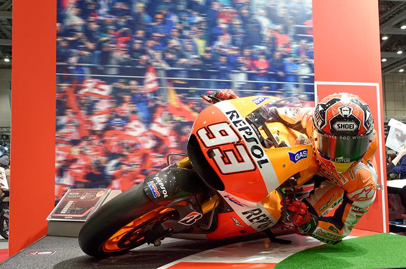 MotoGPライダー マルク・マルケス選手の驚異的なバンク角を再現