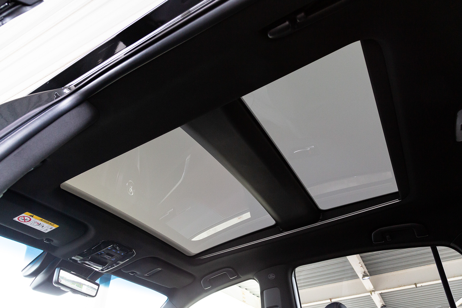トヨタ新型「ハリアー」で初採用の「電動シェード付パノラマルーフ」は障子のようなやわらかな光を演出 - Car Watch